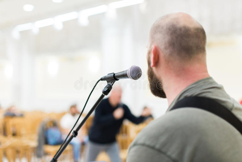 Hombre que canta y que toca la guitarra acústica imagen de archivo libre de regalías