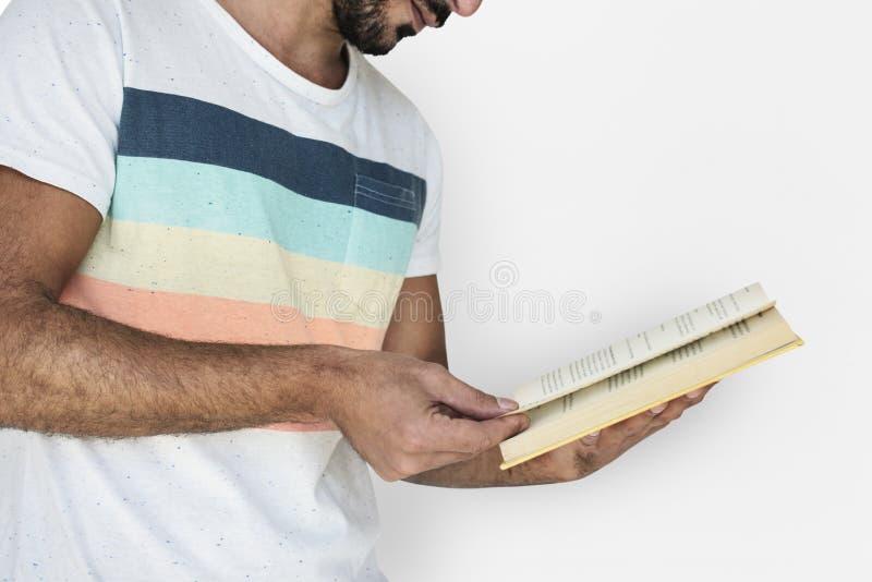 Hombre que celebra la lectura del libro estudiosa foto de archivo