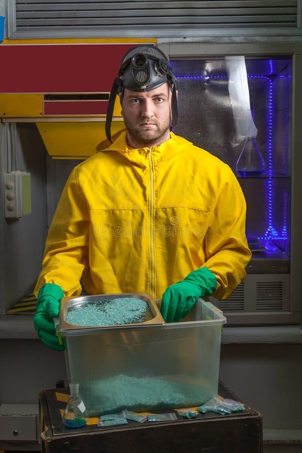 Hombre que cocina el meth imagen de archivo libre de regalías