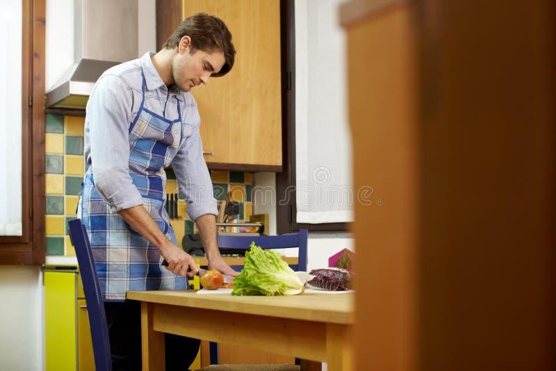 Hombre que cocina en el país imagen de archivo