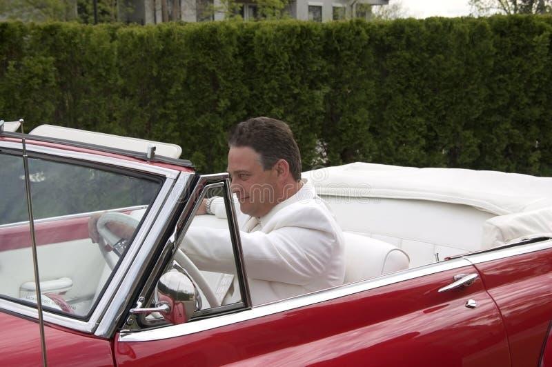 Hombre que conduce el coche fotos de archivo