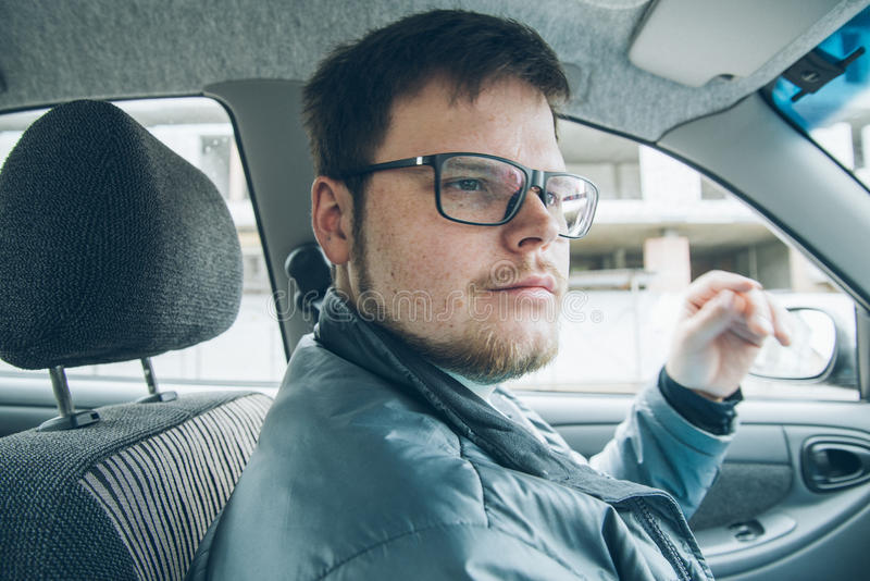 Hombre que conduce el coche imágenes de archivo libres de regalías