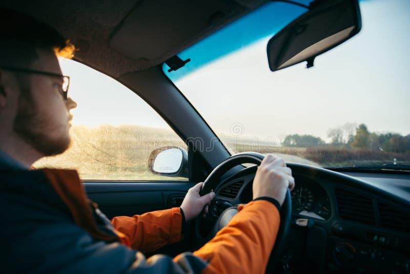 Hombre que conduce el coche en niebla imágenes de archivo libres de regalías