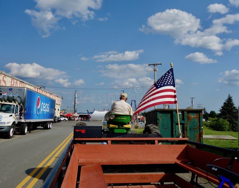 Hombre que conduce el taxi del tractor en el estado de Bangor favorablemente en Maine, el 2 de agosto de 2019 imagen de archivo libre de regalías