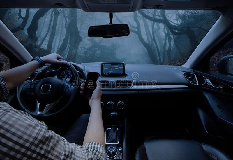 Hombre que conduce su coche Perdido en la selva imagenes de archivo