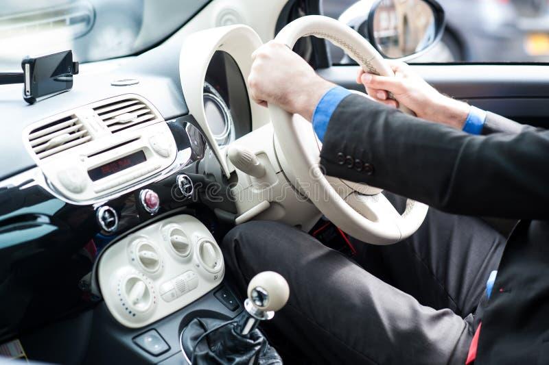 Hombre que conduce su nuevo coche lujoso fotos de archivo libres de regalías