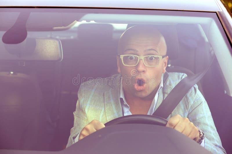 Hombre que conduce un coche chocado alrededor para tener accidente de tráfico, windsh imagenes de archivo