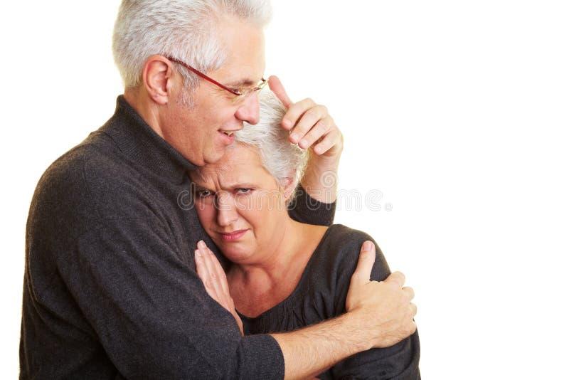 Hombre que conforta a la mujer triste imágenes de archivo libres de regalías