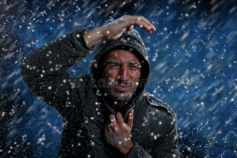 Hombre que congela en tiempo frío imágenes de archivo libres de regalías