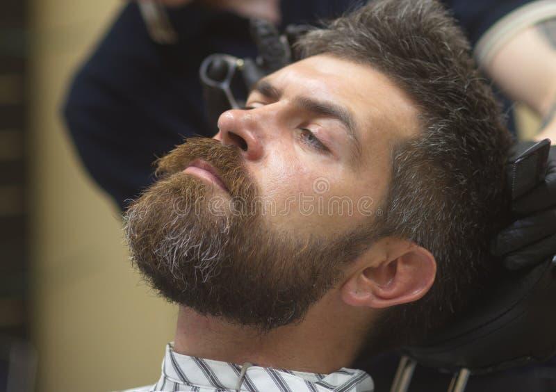Hombre que consigue el pelo cortado en la barbería fotografía de archivo libre de regalías