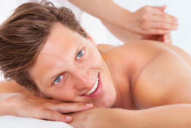 Hombre que consigue el tratamiento del balneario imagen de archivo