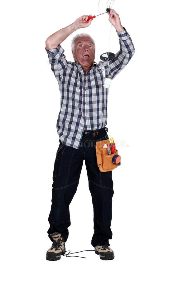 Hombre que consigue un choque eléctrico fotografía de archivo