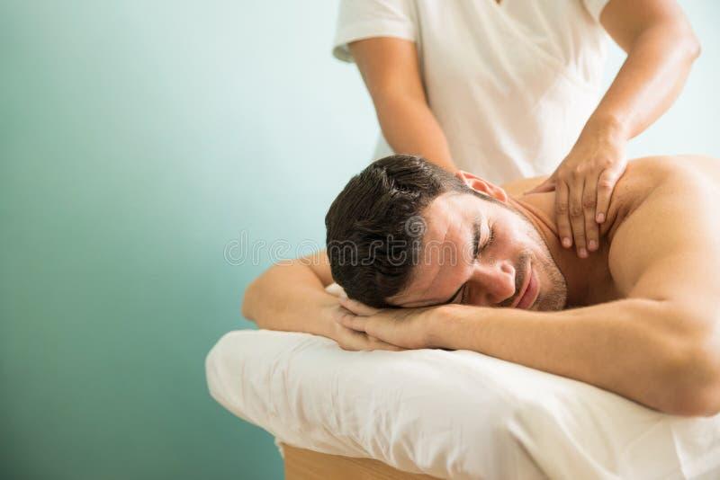 Hombre que consigue un masaje profundo del tejido fotografía de archivo