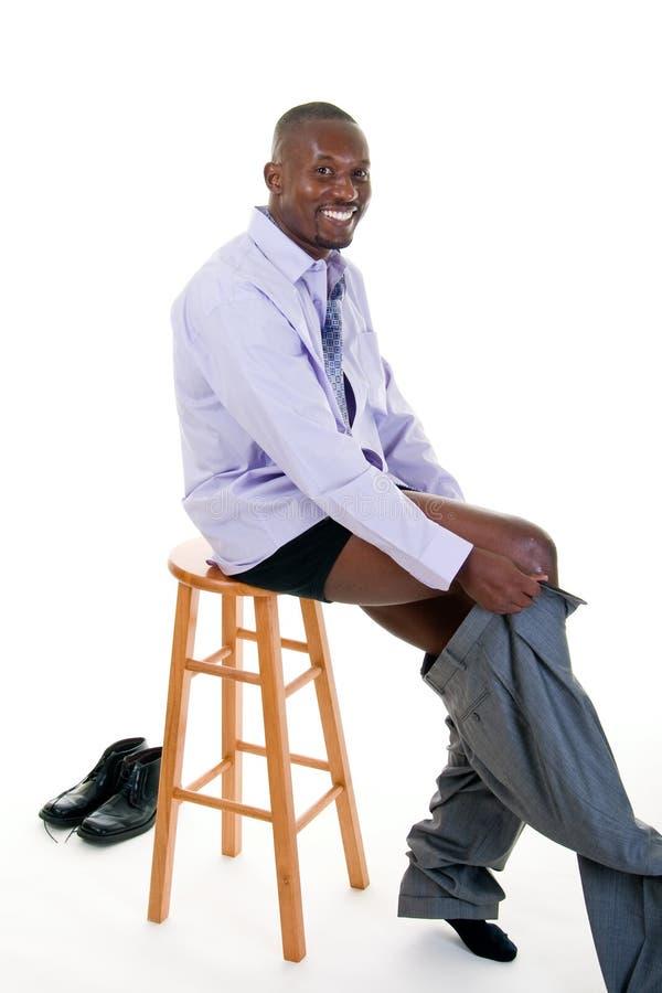 Hombre que consigue vestido imagenes de archivo