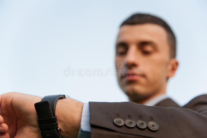 Hombre que controla el tiempo foto de archivo