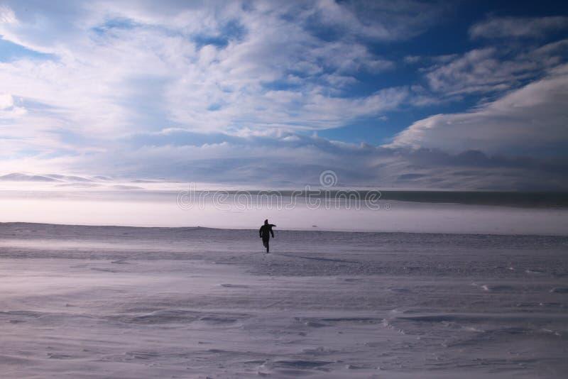 Hombre que corre en el sueño blanco foto de archivo