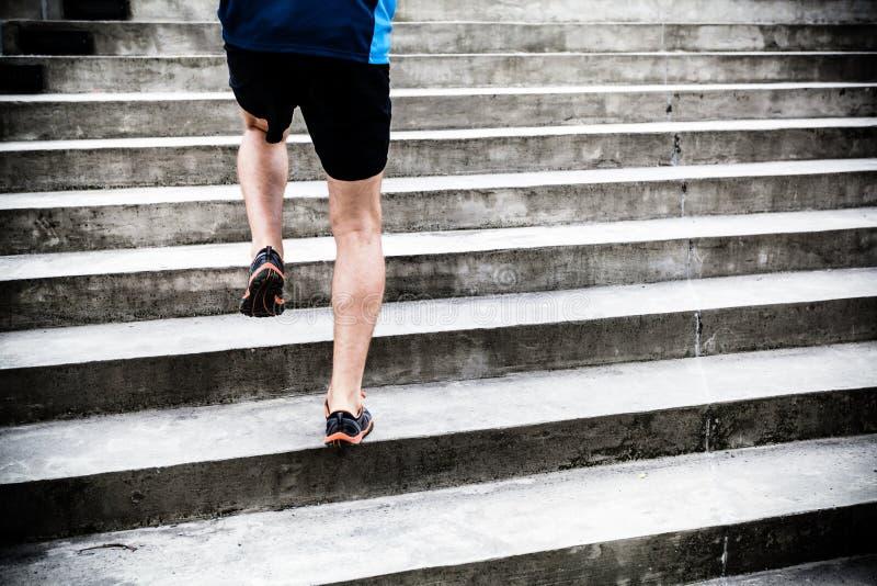 Hombre que corre en las escaleras, entrenamiento de los deportes fotografía de archivo libre de regalías