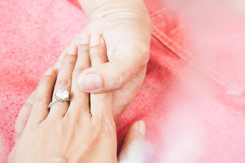 Hombre que da el anillo de compromiso a su novia Feliz yo Estafa del amor imagenes de archivo