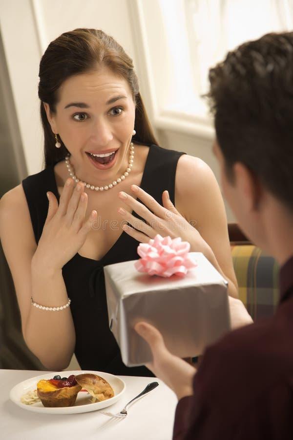 Hombre que da el regalo de la mujer. imagenes de archivo