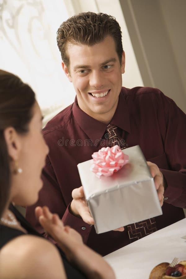 Hombre que da el regalo de la mujer. fotografía de archivo