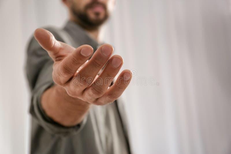 Hombre que da la mano alguien, primer con el espacio para el texto imagen de archivo libre de regalías