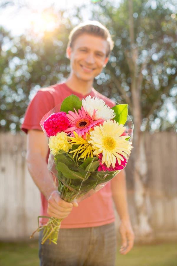 Hombre que da las flores imágenes de archivo libres de regalías