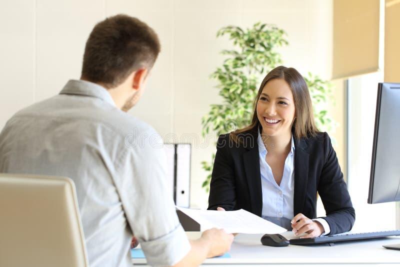 Hombre que da plan de estudios en una entrevista de trabajo imagen de archivo