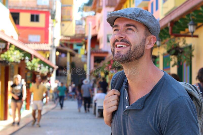 Hombre que da un paseo alrededor del Guatape colorido Colombia imagen de archivo