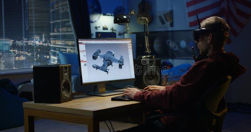 Hombre que diseña el aeroplano en un ordenador imagen de archivo