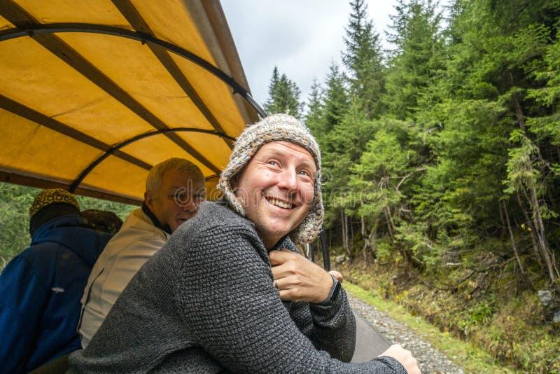 Hombre que disfruta de la naturaleza del carro tra?do por caballo, monta?as parque nacional, Polonia de Tatra foto de archivo