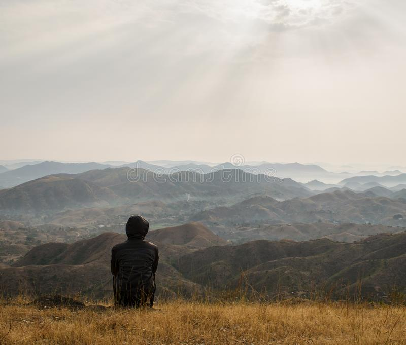 Hombre que disfruta de la visión en las colinas imagenes de archivo