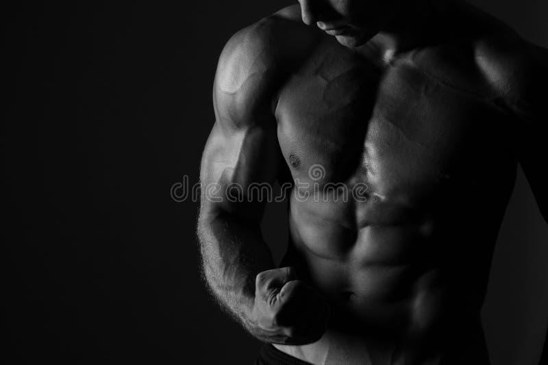Hombre que dobla el fondo del deporte del bíceps imagen de archivo libre de regalías