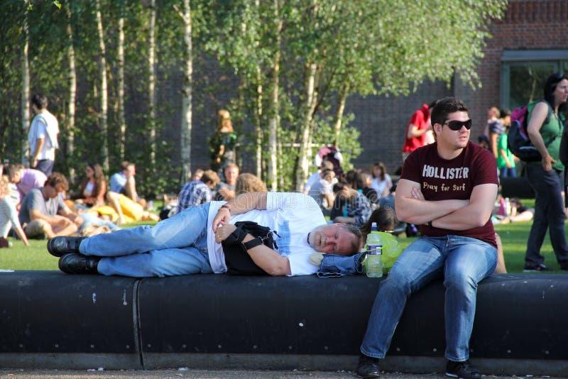Hombre que duerme en banco fotografía de archivo libre de regalías