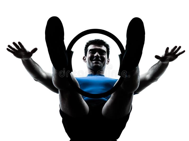 Hombre que ejercita aptitud del entrenamiento del anillo de los pilates fotografía de archivo libre de regalías