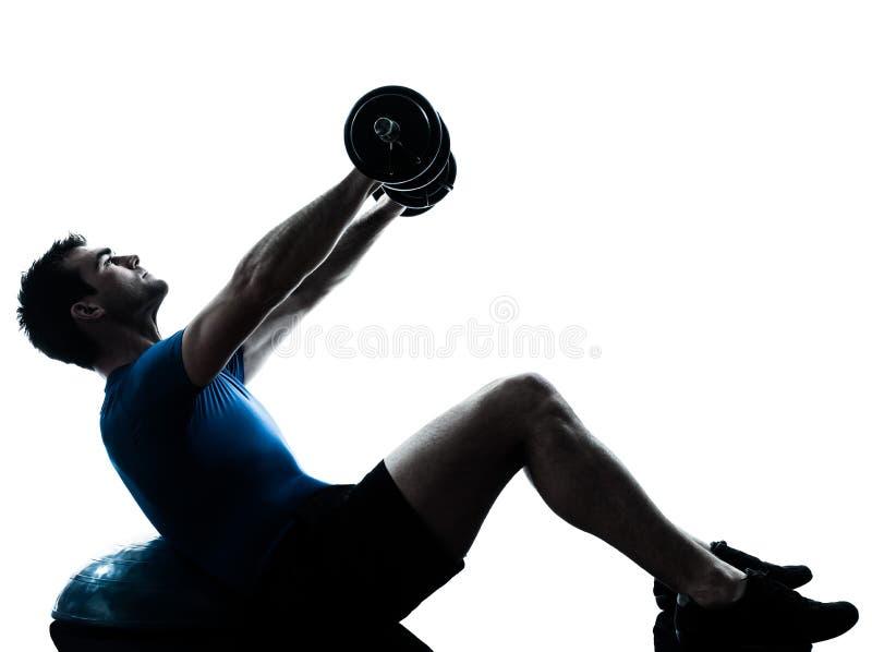Hombre que ejercita entrenamiento del entrenamiento del peso del bosu fotografía de archivo