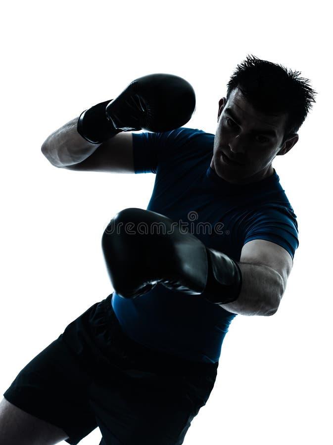 Hombre que ejercita la silueta de la postura del boxeador del boxeo fotos de archivo