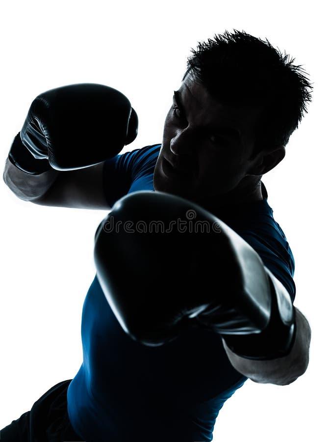 Hombre que ejercita postura del boxeador del boxeo imagen de archivo