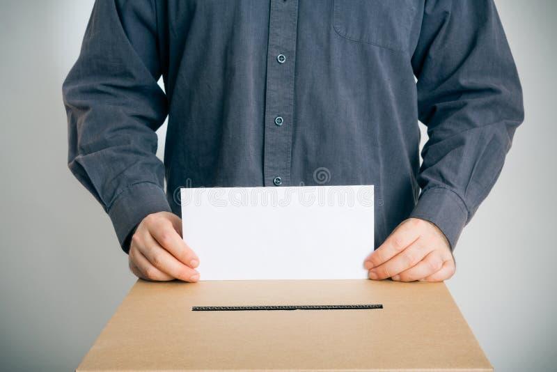Hombre que emite su voto imagen de archivo libre de regalías