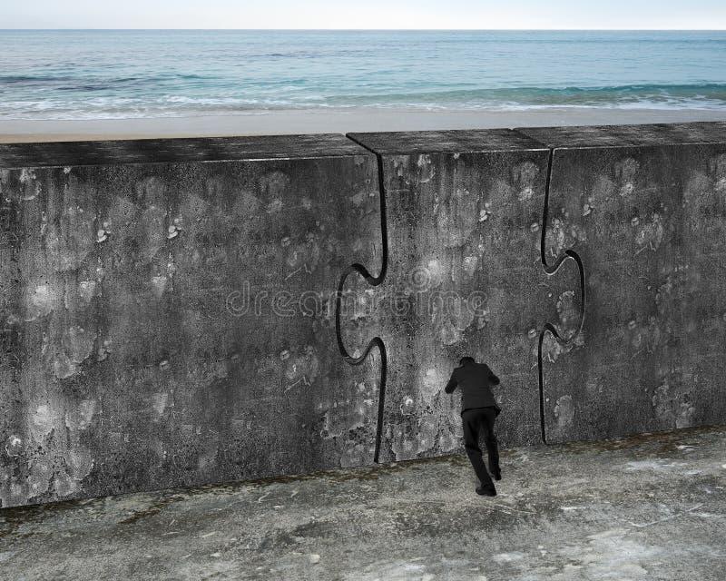 Hombre que empuja la puerta enorme del rompecabezas del muro de cemento imágenes de archivo libres de regalías