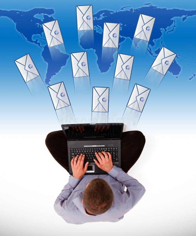 Hombre que envía muchos email ilustración del vector