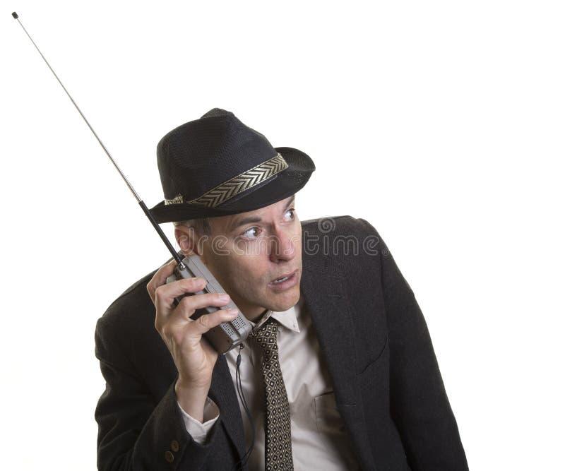 Hombre que escucha atento la radio portátil fotografía de archivo