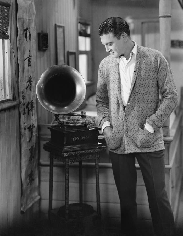 Hombre que escucha el fonógrafo (todas las personas representadas no son vivas más largo y ningún estado existe Garantías del pro fotos de archivo libres de regalías