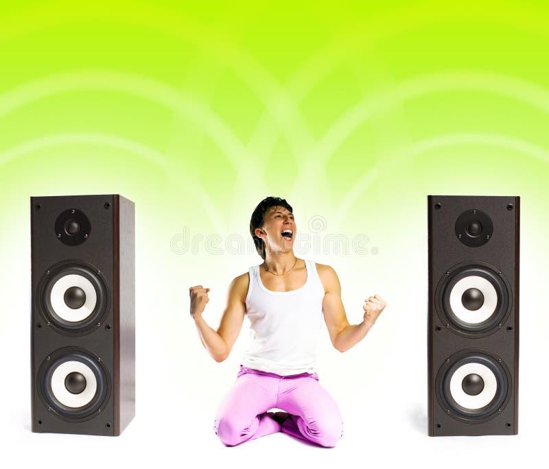 Hombre que escucha la música imagenes de archivo