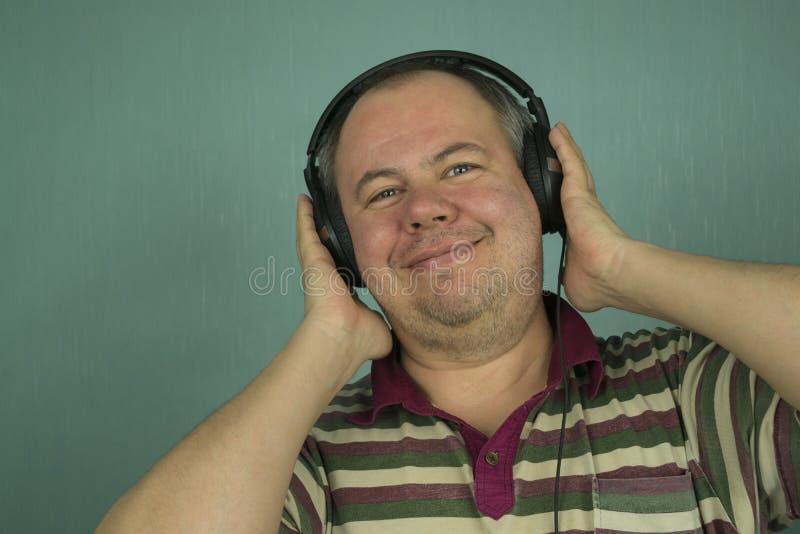 Hombre que escucha la música en los auriculares imagen de archivo libre de regalías