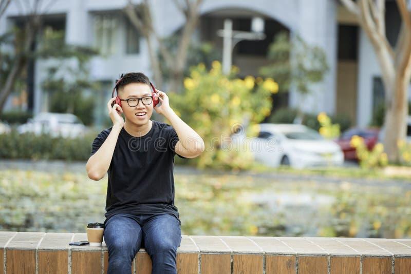 Hombre que escucha la m?sica al aire libre imagen de archivo libre de regalías