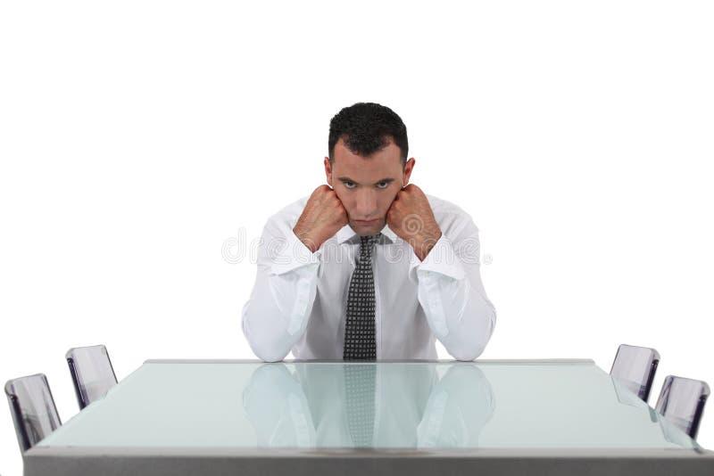 Hombre que espera a sus colegas fotografía de archivo