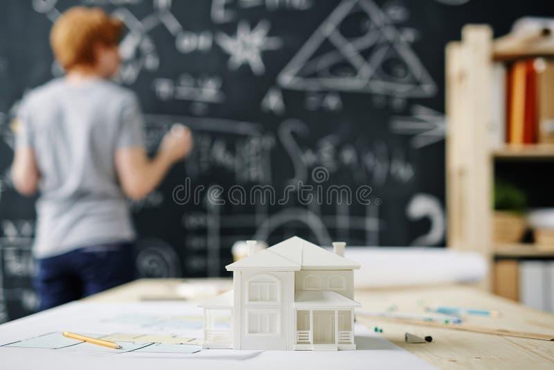 Hombre que estudia la ingeniería de la casa imagen de archivo