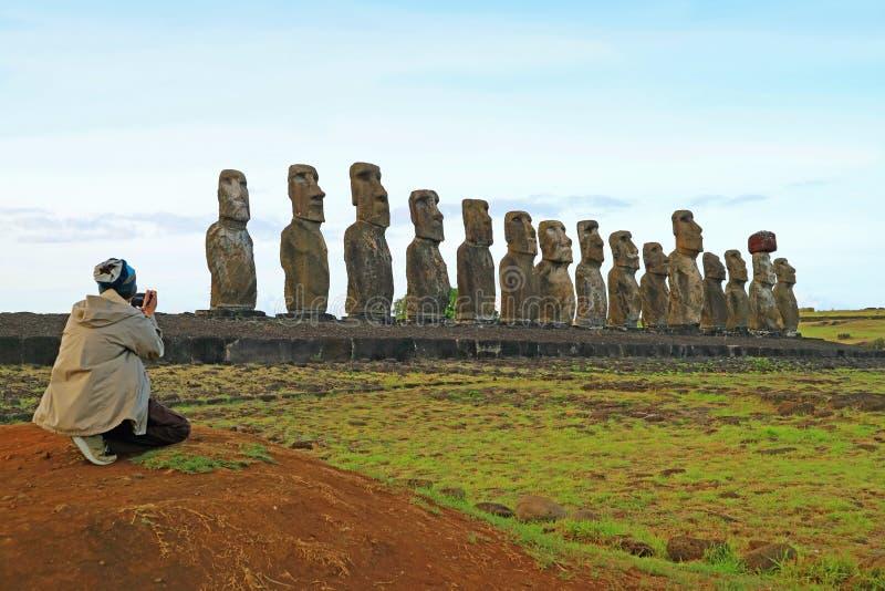 Hombre que fotografía las 15 estatuas enormes de Moai de Ahu Tongariki, sitio arqueológico en la isla de pascua, Chile, Suraméric imágenes de archivo libres de regalías