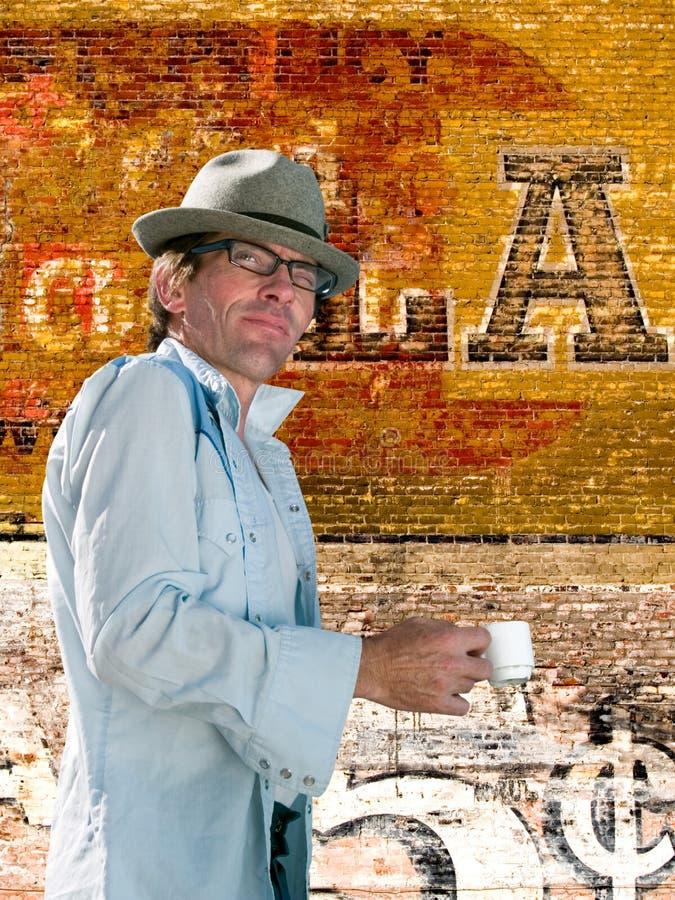 Hombre que goza del café express de la tarde fotos de archivo