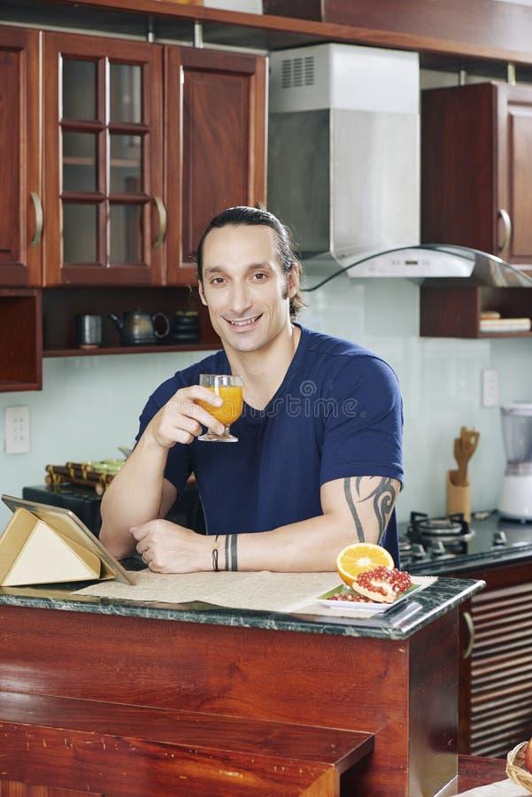 Hombre que goza del jugo fresco fotografía de archivo